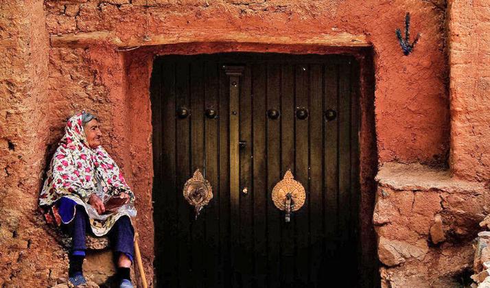 زنان این روستا هنوز پوشش سنتی خود را حفظ کردهاند.