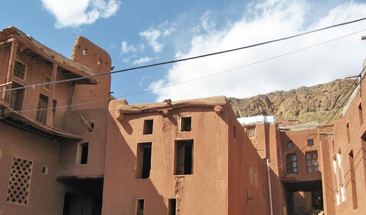 معماری خانههای ابیانه کاملا سنتی با دیوارهای گلی و پنجرههای چوبی است.