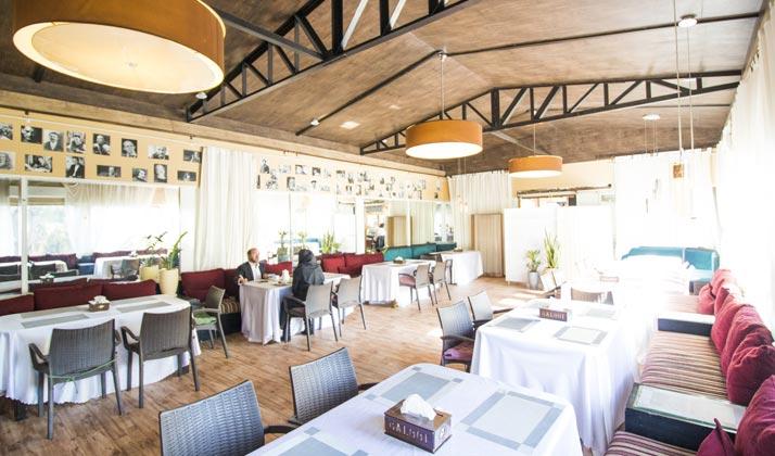 هتل بلوط برای صرف صبحانه در روزهای بسیار سرد زمستانی، سالنی گرم و راحت را تداریک دیده.