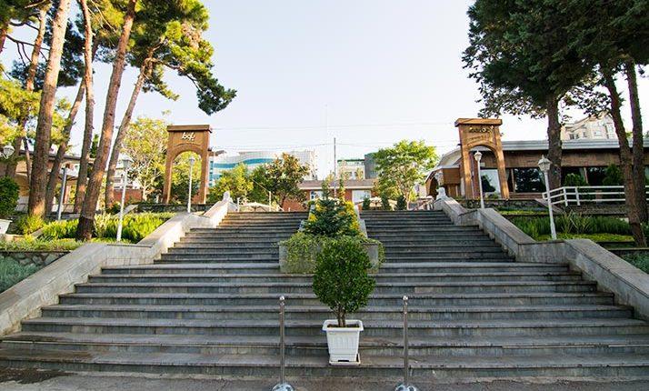 ورودی باغ هتل بلوط